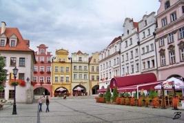 Het gezellige plein in Jelenia Gora met gekleurde huizen
